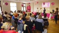 Sala konferencyjna WBP w Olsztynie podczas VIII Wojewódzkiego Zlotu Moderatorów Dyskusyjnych Klubów Książki 2017. Na krzesłach siedzą moderatorzy DKK. Trwa uroczyste otwarcie Zlotu przez Zastępcę Dyrektora WBP w Olsztynie Renatę Pietrulewicz.