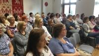 Sala konferencyjna WBP w Olsztynie podczas VIII Wojewódzkiego Zlotu Moderatorów Dyskusyjnych Klubów Książki 2017. Na krzesłach siedzą moderatorzy DKK - zbliżenie.