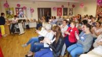 Sala konferencyjna WBP w Olsztynie podczas VIII Wojewódzkiego Zlotu Moderatorów Dyskusyjnych Klubów Książki 2017. Na krzesłach siedzą moderatorzy DKK. Przygotowanie do prezentacji.