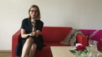Sala konferencyjna WBP w Olsztynie podczas VIII Wojewódzkiego Zlotu Moderatorów Dyskusyjnych Klubów Książki 2017. Trwa spotkanie autorskie z Anną Dziewit-Meller, która została zaproszona, aby omówić sposoby promocji czytelnictwa. Na kanapie siedzi autorka.