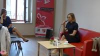 Sala konferencyjna WBP w Olsztynie podczas VIII Wojewódzkiego Zlotu Moderatorów Dyskusyjnych Klubów Książki 2017. Trwa spotkanie autorskie z Anną Dziewit-Meller.